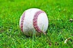 Béisbol en hierba foto de archivo libre de regalías