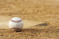Béisbol en suciedad fotos de archivo