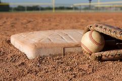 Béisbol en un guante cerca de la base Imágenes de archivo libres de regalías