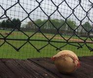 Béisbol gastado en cubierta de madera foto de archivo libre de regalías