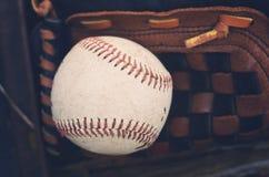 Béisbol que pone en guante fotos de archivo libres de regalías