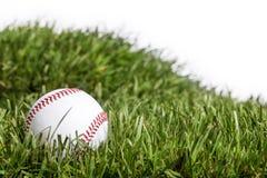 Béisbol que pone en hierba foto de archivo