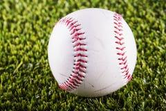 Béisbol sobre hierba fotos de archivo
