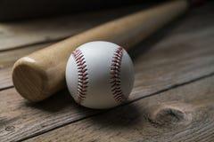 Béisbol y bate de béisbol en fondo de madera de la tabla Fotografía de archivo libre de regalías