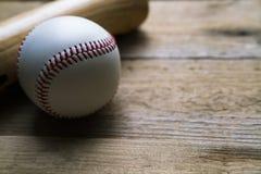 Béisbol y bate de béisbol en la tabla de madera Imágenes de archivo libres de regalías