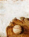 Béisbol y guante en el fondo de Grunge Fotografía de archivo libre de regalías