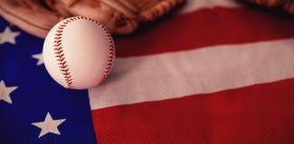 Béisbol y guantes en una bandera americana stock de ilustración