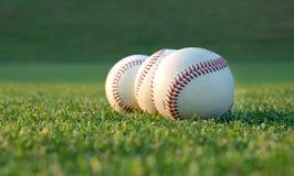 Béisboles en el campo Foto de archivo