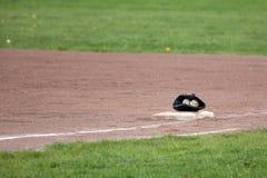 Béisboles en guante en terreno de juego Imagen de archivo