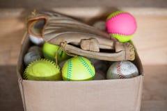 Béisboles y guante de béisbol fotos de archivo