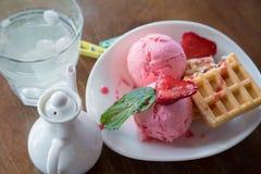 Bélgica se enrolla con helado de las fresas, de la menta y del scoope de las bolas en la placa blanca Fotografía de archivo libre de regalías