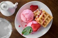 Bélgica se enrolla con helado de las fresas, de la menta y del scoope de las bolas en la placa blanca Foto de archivo
