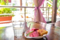 Bélgica se enrolla con las fresas y el helado en la tabla blanca adentro en el mirador del verano Imagen de archivo libre de regalías