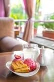 Bélgica se enrolla con las fresas y el helado en la tabla blanca adentro en el mirador del verano Fotografía de archivo libre de regalías