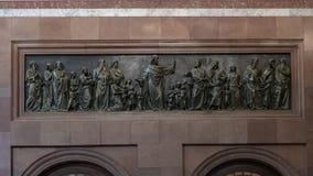Bénédiction en bronze de Jésus de soulagement les enfants, basilique intérieure d'Esztergom, Esztergom, Hongrie photographie stock libre de droits