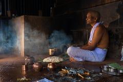Bénédiction rituelle d'homme indou offrant pour des défunts Photos libres de droits