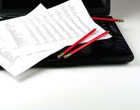 Bénéfice et perte, ordinateur portatif, crayon rouge Photos libres de droits