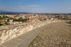 Bérgamo, Italia - 18 de agosto de 2017: Vista panorámica de la ciudad de Bérgamo de las paredes del castillo Imagenes de archivo