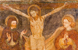 BÉRGAMO, ITALIA - 8 DE SEPTIEMBRE DE 2014: La pintura del arte popular de la crucifixión en el delle Grazie de Santa Maria Immaco Fotografía de archivo
