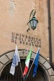 BÉRGAMO, LOMBARDY/ITALY - 25 DE JUNIO: Banderas en la plaza Vecchia en B Imagen de archivo libre de regalías