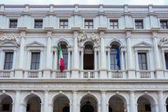 BÉRGAMO, LOMBARDY/ITALY - 25 DE JUNIO: Biblioteca en la plaza Vecchia adentro Foto de archivo libre de regalías