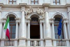 BÉRGAMO, LOMBARDY/ITALY - 25 DE JUNIO: Biblioteca en la plaza Vecchia adentro Fotografía de archivo