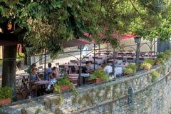 BÉRGAMO, LOMBARDY/ITALY - 25 DE JUNIO: Vista de un café en Citta Alta Imágenes de archivo libres de regalías