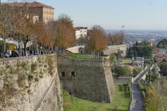 Bérgamo - paredes de la ciudad imagenes de archivo
