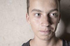 Béton de l'adolescence triste de garçon photo stock