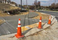 Béton humide sur la nouvelle construction de trottoir Images libres de droits