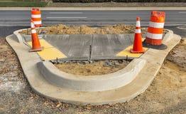 Béton humide sur la nouvelle construction de trottoir photographie stock