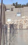 Béton se renversant de travailleur de la construction Photographie stock libre de droits