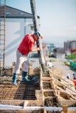 Béton se renversant de travailleur pendant le chantier de construction images libres de droits