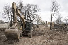 Bêcheur jaune énorme de pelle sur le chantier de démolition Photographie stock libre de droits