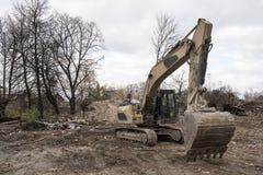 Bêcheur jaune énorme de pelle sur le chantier de démolition Image libre de droits