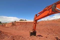 Bêcheur sur un chantier de construction Photographie stock