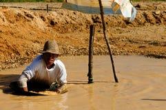 Bêcheurs d'or en Indonésie sur une île Bornéo Images stock