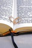 A Bíblia & close up 3 dos anéis Imagens de Stock