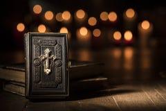 A Bíblia antiga e livros sagrados na igreja imagens de stock