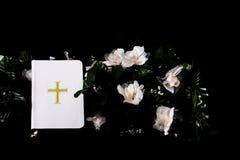 A Bíblia branca no preto foto de stock royalty free