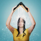 A Bíblia com água que cai na cabeça da mulher. Fotos de Stock Royalty Free
