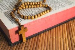 A Bíblia com crucifix dos rosário-grânulos Imagem de Stock