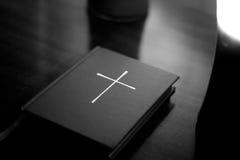 A Bíblia com cruz   Foto de Stock Royalty Free