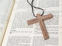 A Bíblia com cruz imagem de stock