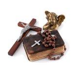 A Bíblia com grânulos, um anjo e uma crucificação Fotografia de Stock Royalty Free