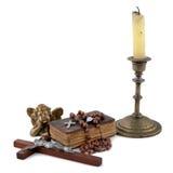 A Bíblia com grânulos, um anjo e velas 2 Fotografia de Stock Royalty Free
