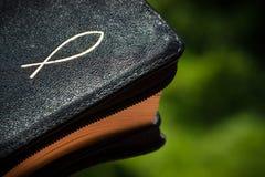A Bíblia com um símbolo cristão Imagem de Stock
