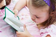 A Bíblia da leitura da criança Fotografia de Stock Royalty Free
