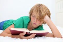 A Bíblia da leitura da criança Fotografia de Stock