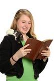 A Bíblia da leitura da menina com o rato do animal de estimação no ombro Imagens de Stock